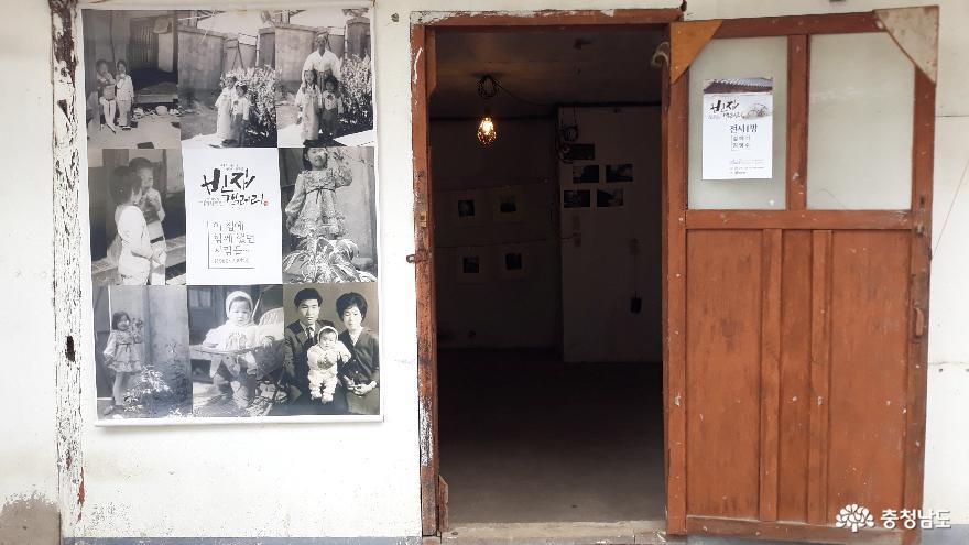 ▲ 제1전시장 입구에는 성실세탁소 전주인이 흑백사진에 담긴 이곳에서의 추억을 나눠 주셨다.