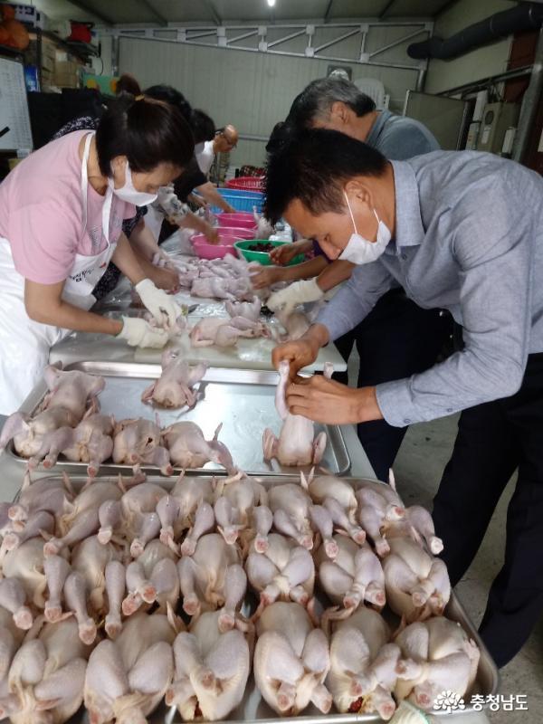 서산시 동문1동 지역사회보장협의체(공동위원장 김덕제?임영수)는 지난 14일 동문1동 행정복지센터에서 삼계탕 나눔 행사를 진행했다.
