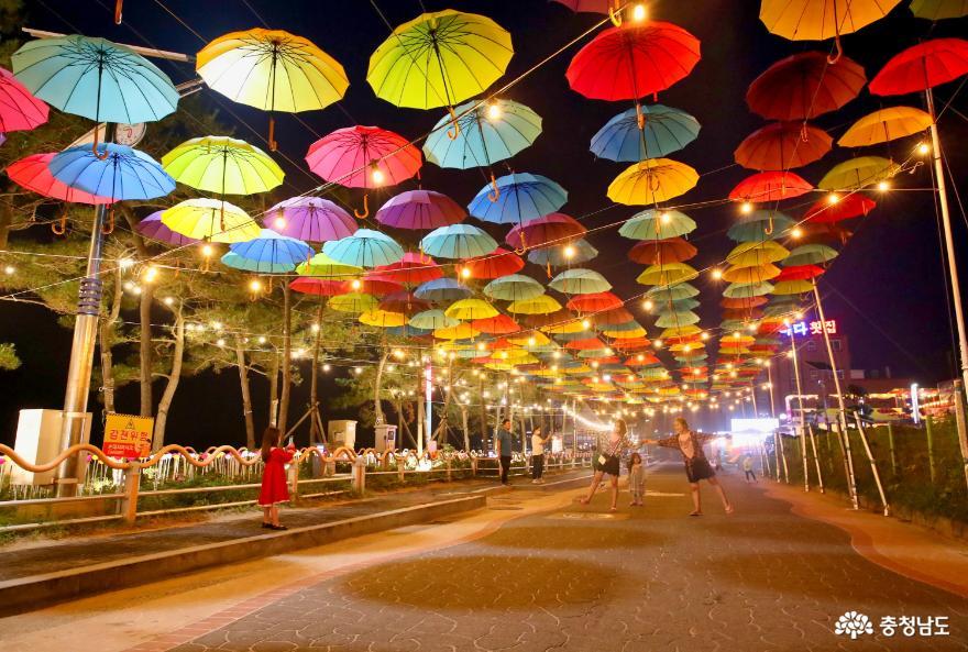 만리포해수욕장에 펼쳐진 형형색색의 우산 물결