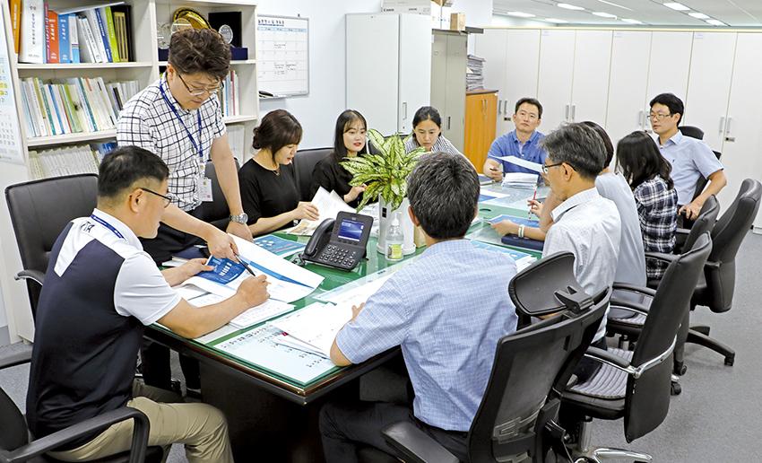 양극화 전담팀 등 충남도 관계자들이 양극화 대응전략에 대해 의견을 나누고 있다.