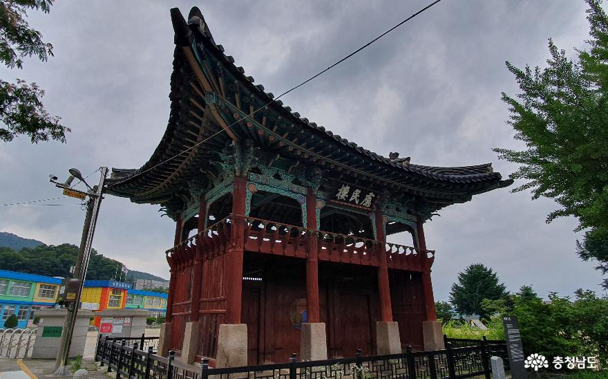 아산시 영인면 아산리 여민루(慮民樓)의 날렵한 처마선.