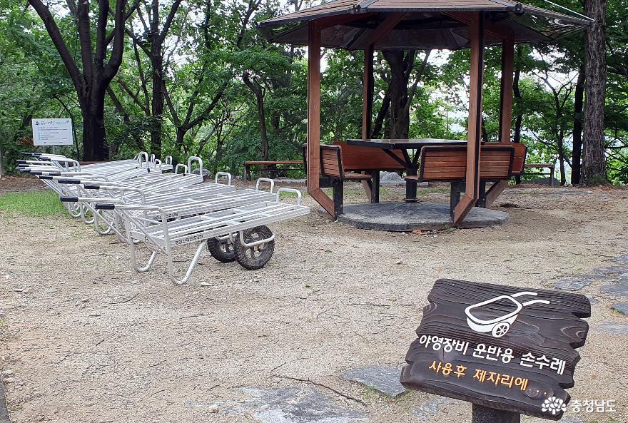 영인산 자연휴양림 캠핑장 A지구로 짐을 옮기는 손수레.