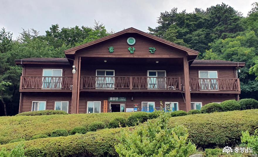 영인산 자연휴양림 관리동 겸 대형 숲속의 집.