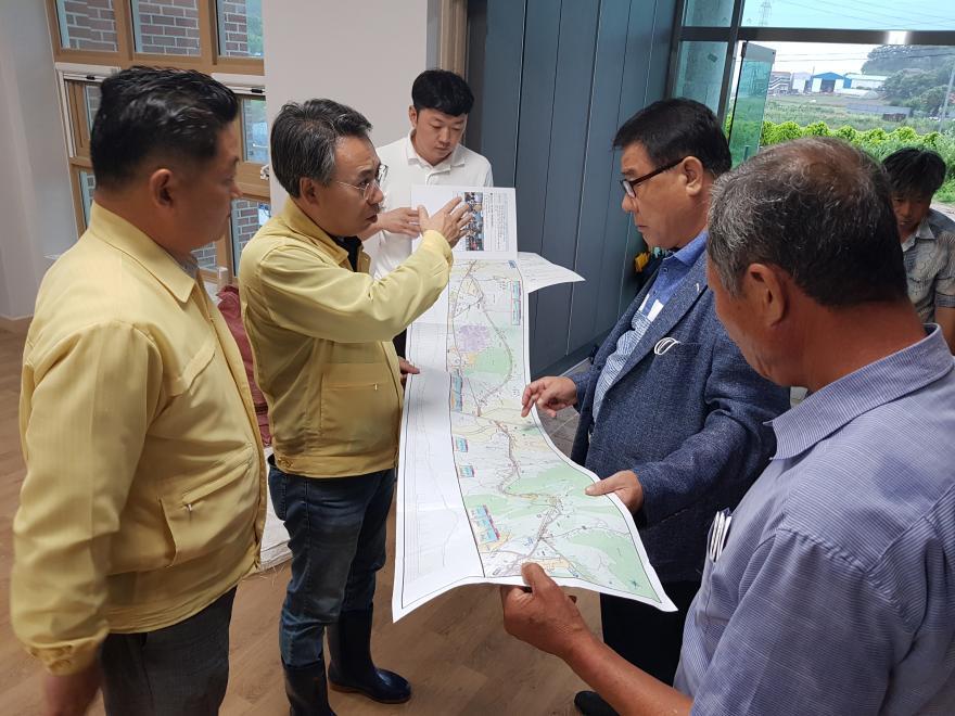 폭우 속 황촌리 찾은 홍재표, 김영인… 파손된 도로 현장 찾아