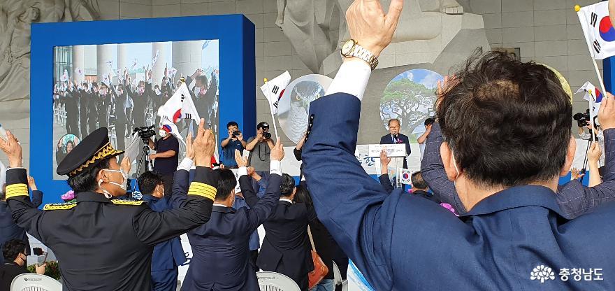 제75주년 광복절기념식에 참석인사들이 만세3창을 외치고 있다.