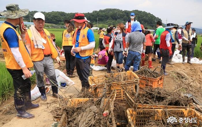 [포토뉴스] 국제라이온스협회 356-F지구, 폭우피해 농가 찾아 봉사활동 실시