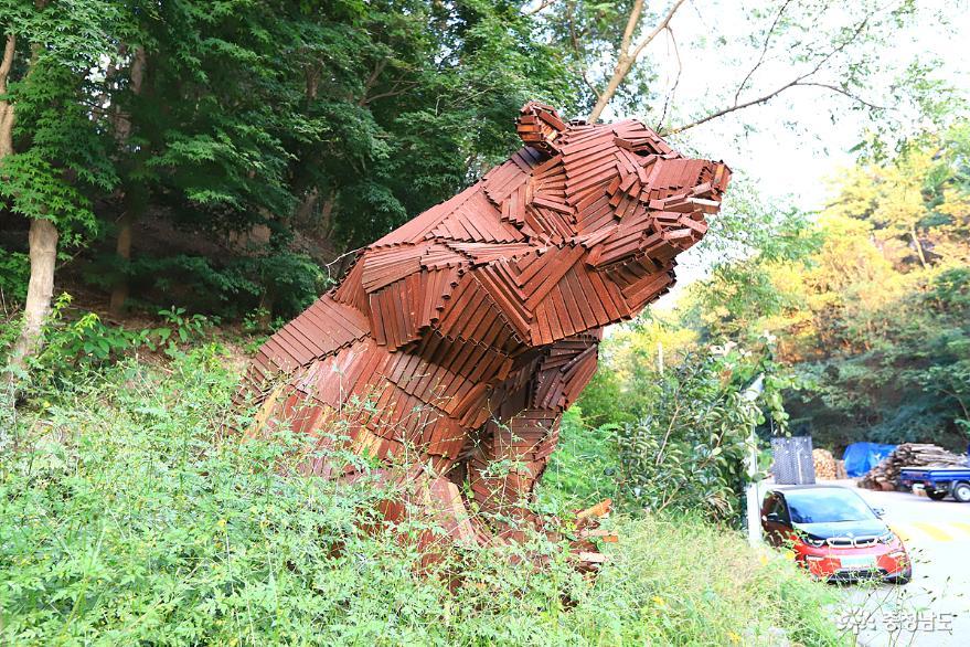 금속으로 만든 곰 형상의 작품. 공주가 곰의 고장이어서 착안한듯 하다.