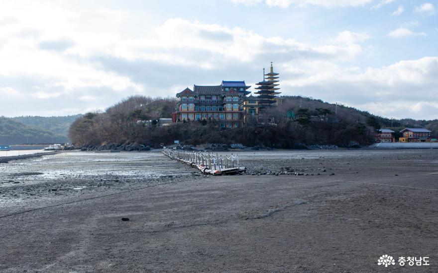 썰물 때의 안면암의 겨울풍경
