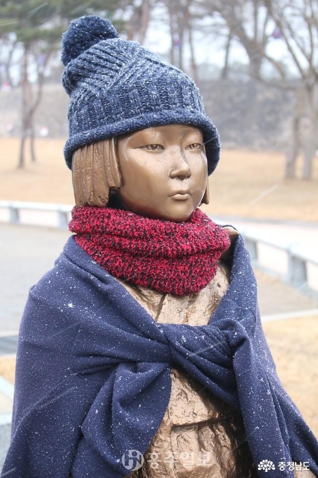 겨울 새옷을 입고 눈을 맞는 소녀상