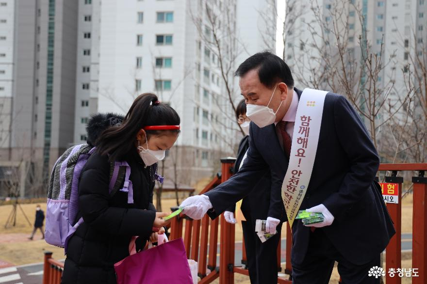 김지철 교육감, 개학 첫날 등교맞이 학교 방문