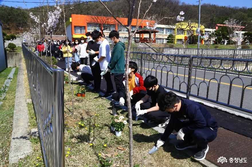 푸른환경지킴이 대상을 수상한 병천초등학교 식목행사