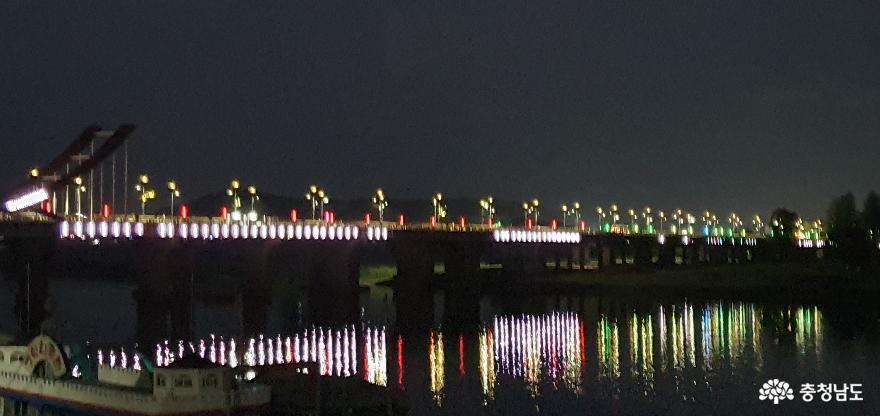 백마강에서 나룻배를 타고 풍류를 즐기던 백제의 후예들은 백마교에서 야경을 즐긴다.