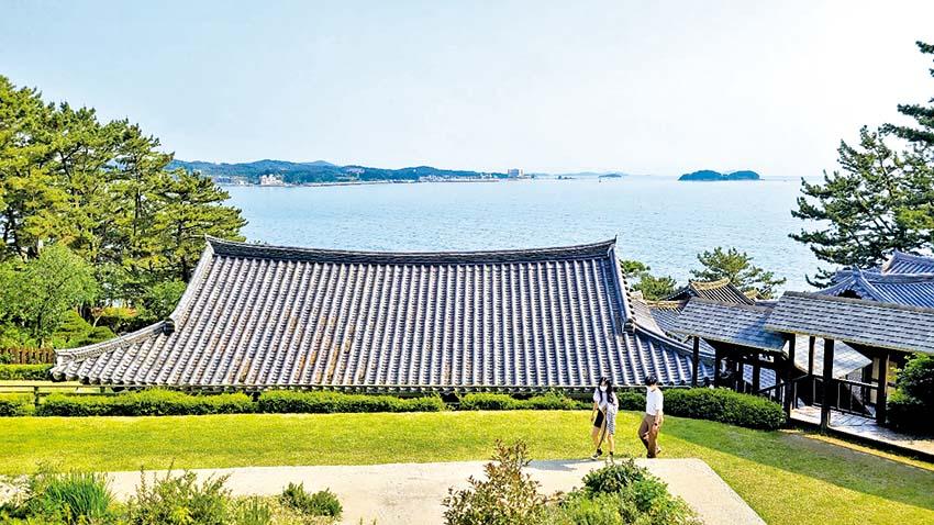 지붕 위에 하늘 바다가 둥둥… 전통정원 상화원